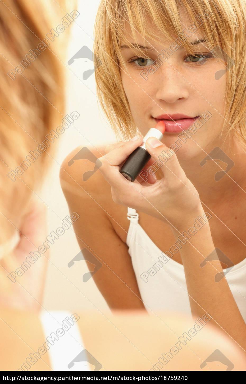 junge, frau, auftragen, lippenstift - 18759240