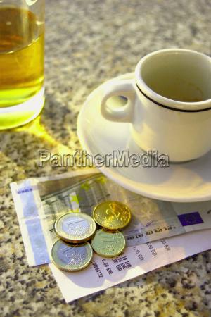 cafe zahlungsmittel waehrung europa muenze kaffeetasse