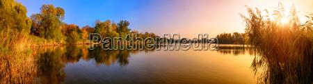 sonnenuntergang an einem see ein panorama