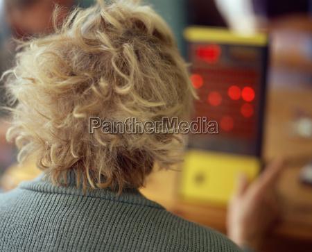 aeltere frau die elektronische bingo maschine