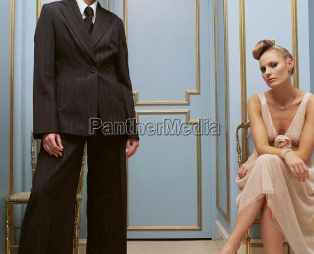 donna aspettare attesa femminile virile mascolino