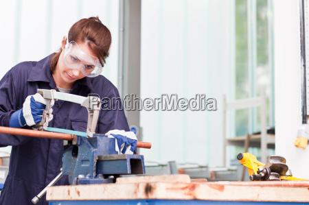 klempner schneiden in kupferrohr in werkstatt