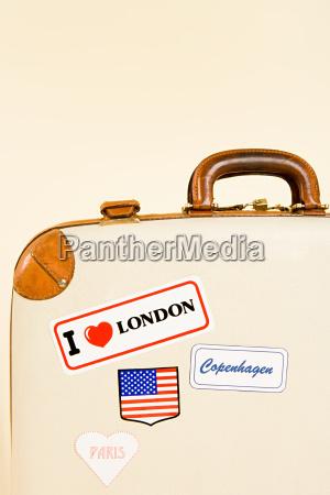 koffer mit aufklebern