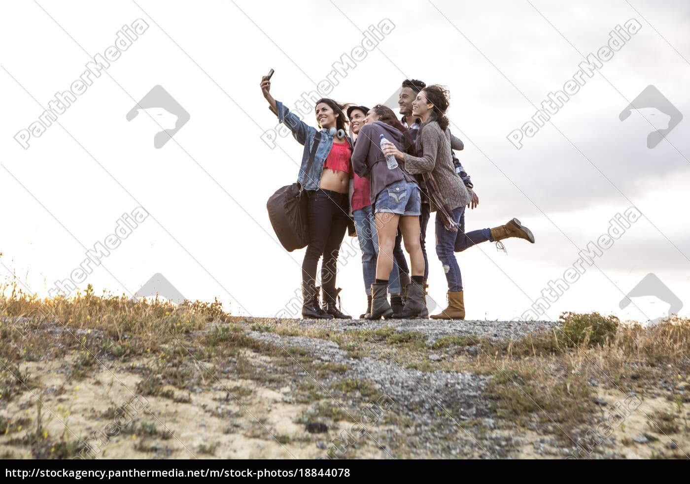 junger, mann, und, vier, erwachsene, schwestern - 18844078