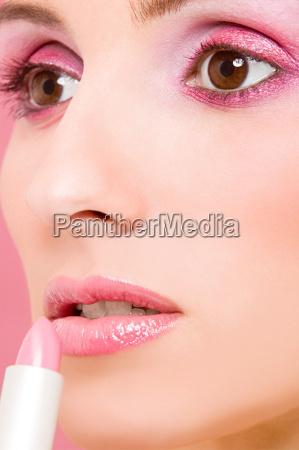 frau, auftragen, rosa, lippenstift - 18856596