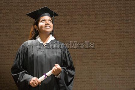 weibliche absolvent halten ein diplom