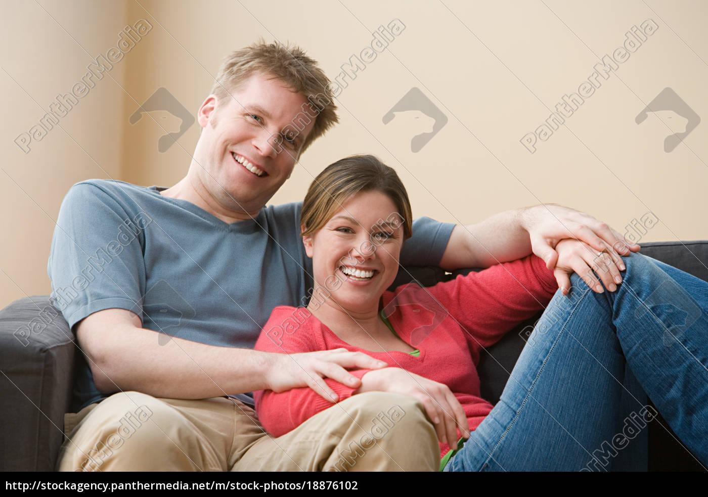 paar, sitzt, auf, sofa - 18876102