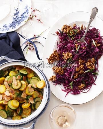 UEbersicht von zucchini in terrine und