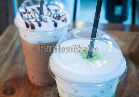 eiskaffeetasse auf holztisch