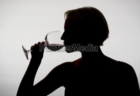 frau trinkt rotwein