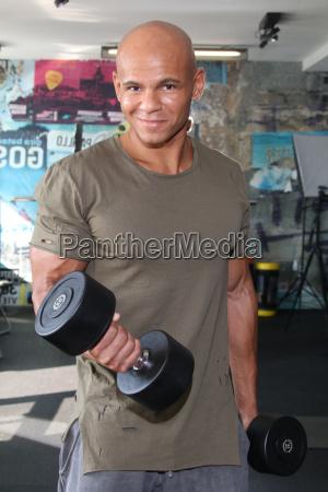 cecil egwuato ehem basketballprofi stellt fitnessprogramm
