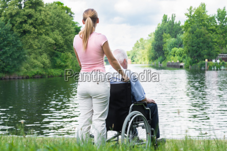 frau mit ihrem behinderten vater auf