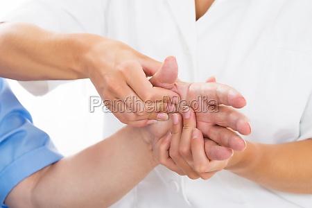 person empfangen palm massage von physiotherapeut