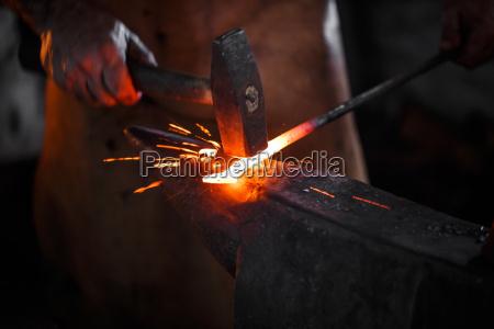 schmied schmieden manuell das geschmolzene metall