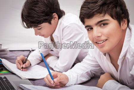 zwei jungen hausaufgaben machen