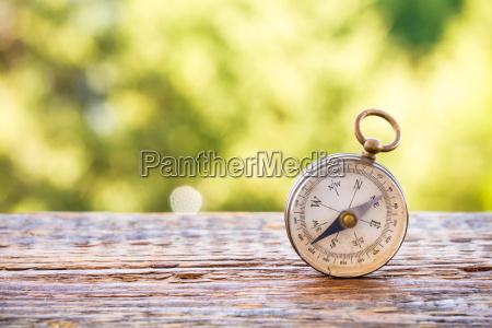 jahrgang kompass auf holztisch und bokeh
