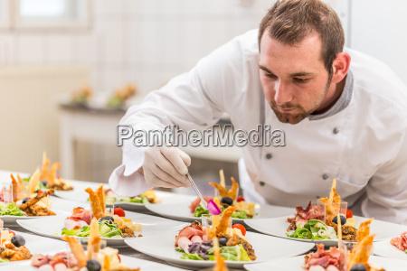 chef garniert seine vorspeise platte