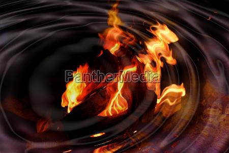 grosses feuer spiegelt sich an wasseroberflaeche