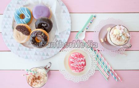heissse schokolade und donuts