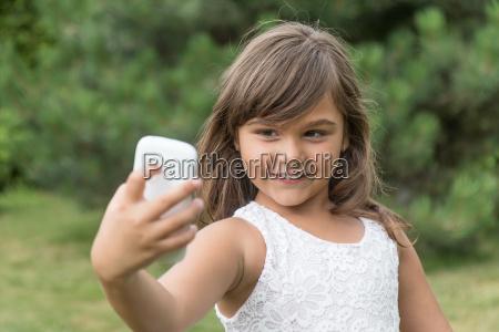 attraktive laechelnd kleines maedchen ist selfie