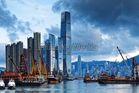 hafen von hong kong mit frachtschiff