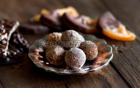 schokolade trueffel und orangenscheiben in dunkler