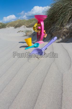 spielen im sand am strand im