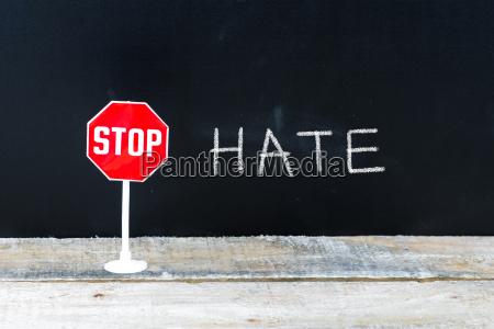 stop hate nachricht an tafelgeschrieben