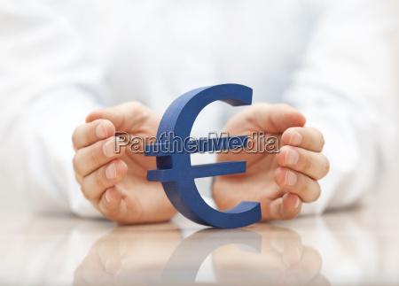 eurozeichen mit den haenden geschuetzt