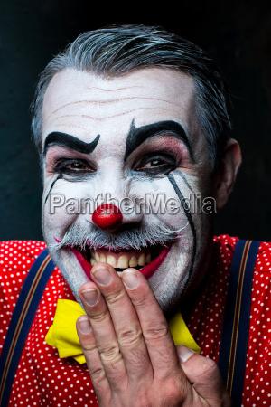 schrecklicher verrueckter clown und halloween thema