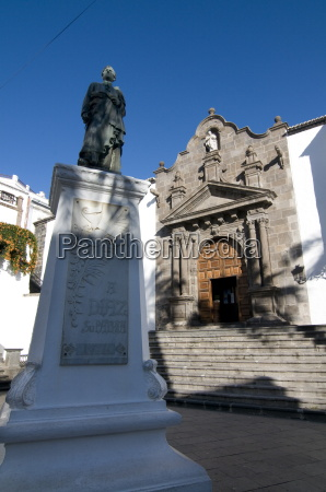 statue in front of the iglesia