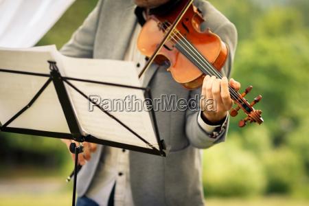 maennlicher geiger spielt sein instrument und