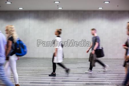 flughafen rausch menschen mit ihren koffern