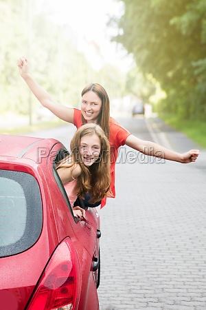mutter mit ihrer tochter im auto