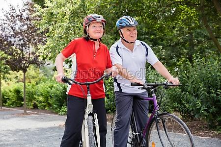 aeltere paare mit ihrem fahrrad