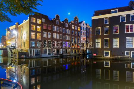 nacht typisch hollaendisches haus amsterdam niederlande