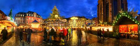 weihnachtsmarkt in heidelberg bei daemmerung panorama