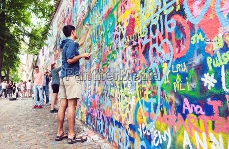 junger mann malerei graffiti wand