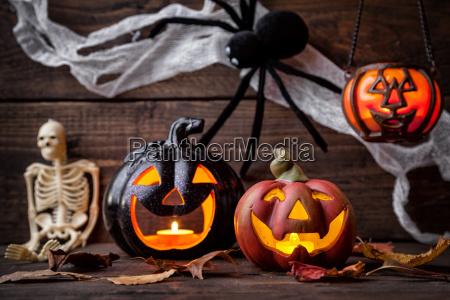 traditioneller furchtsamer halloween feiertagshintergrund