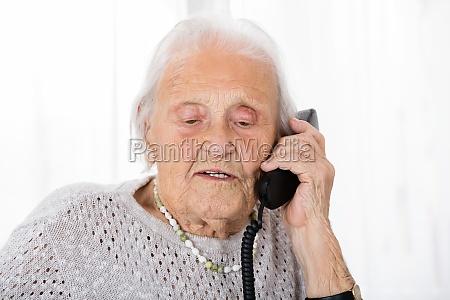 im gespraech aeltere frau am telefon