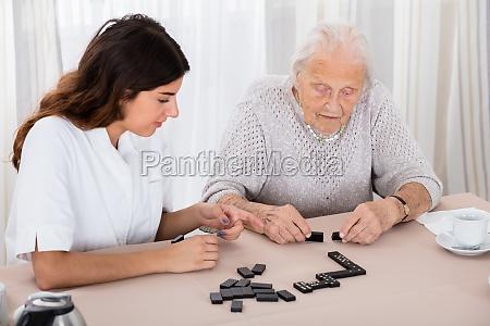 duas mulheres jogando jogo domino no