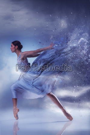 die schoene ballerina tanzen in blau