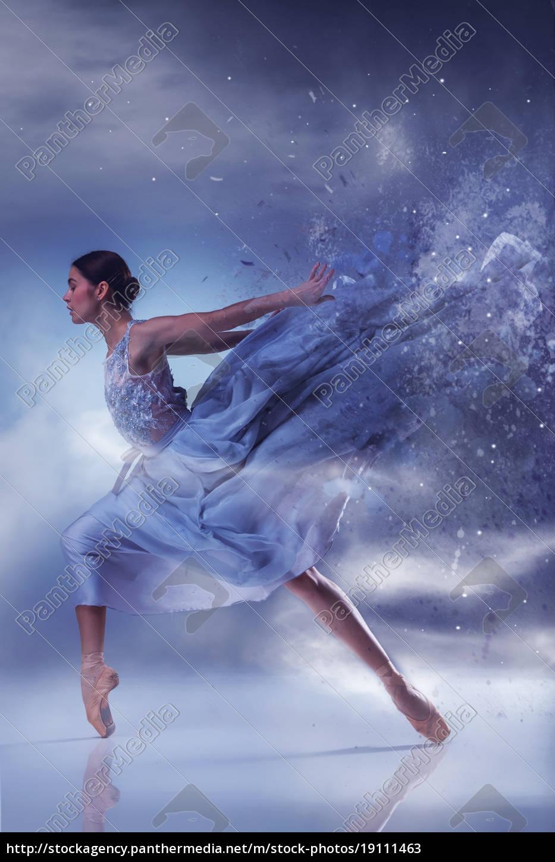Lizenzfreies Bild 19111463 die schöne ballerina tanzen in blau langes kleid