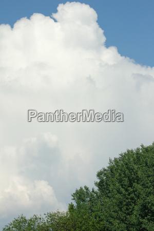 grosse wolkenformation mit blauen himmel