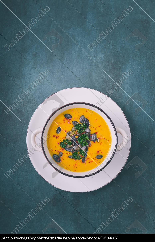 kürbis, suppe, mit, kürbiskernen, und, chiliflocken - 19134607