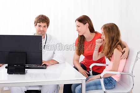 doktor ergebnis zeigen auf computer zu