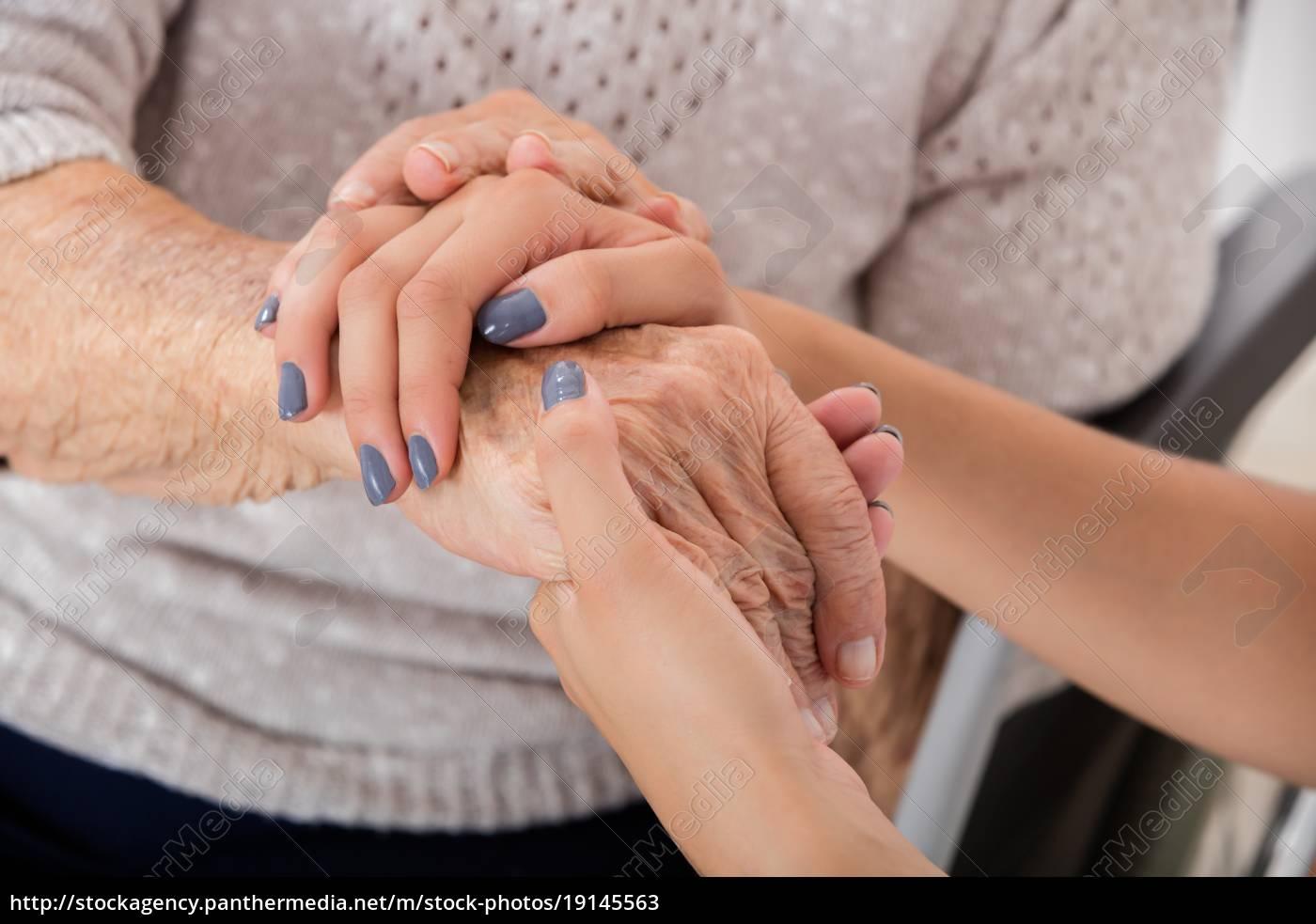 weiblicher, doktor-holding-hand, der, älteren, patienten - 19145563