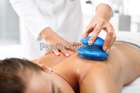 masseur massieren ihren gummi chinesischen blase