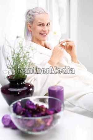 wellness relaxen frau im schoenheitssalon