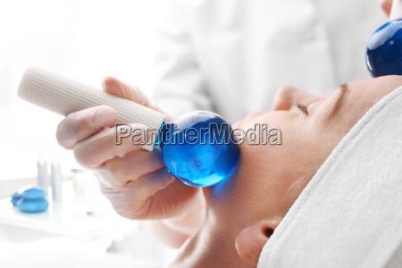 kosmetische behandlung gesichts glaskugeln